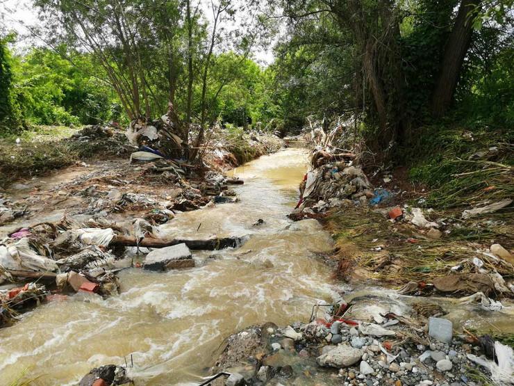 Nakon povlačenja vode posle izlivanja reka, ostala je gomila smeća, najviše plastičnih flaša i kesa