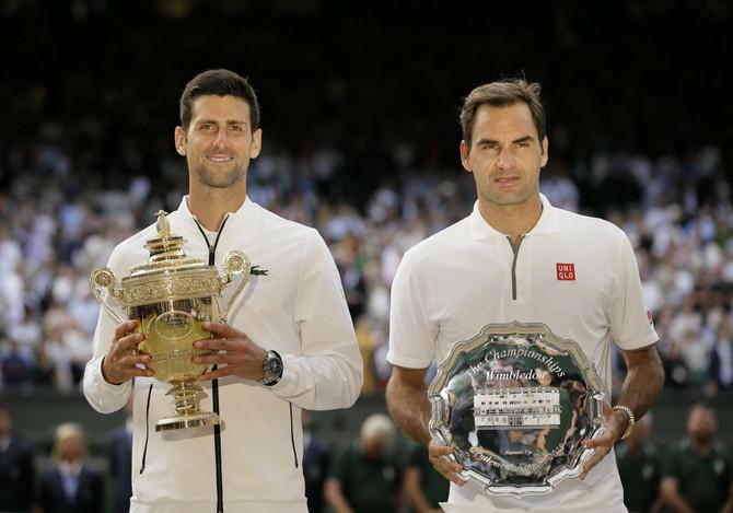 Novak Đoković i Rodžer Federer sa peharima Vimbldona
