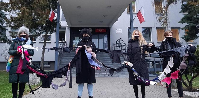 Kobiety stanęły pod komisariatami z biustonoszami w dłoniach