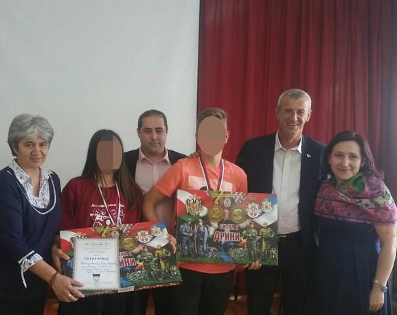 Miša Vaciš sa učenicima OŠ
