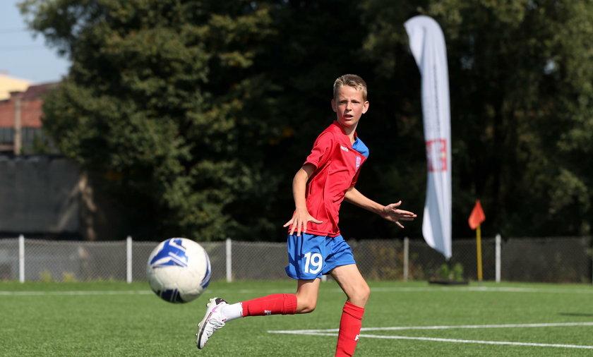 Julian Gruszka na boisku jest jednym z najwyższych, umiejętnościami też przewyższa rówieśników