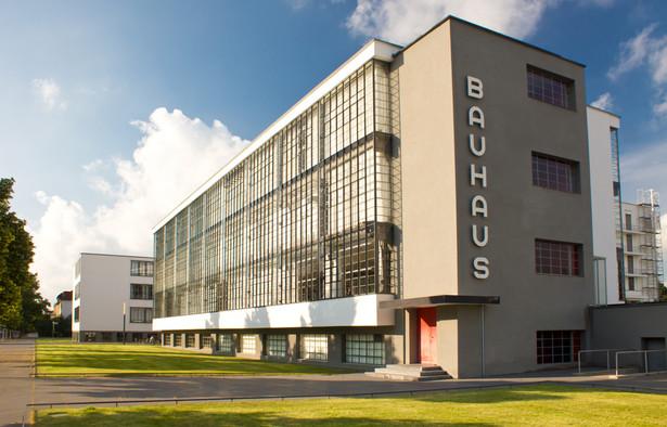 Bauhaus, uczelnia artystyczno-rzemieślnicza powstała w Weimarze z połączenia Akademii Sztuk Pięknych i Szkoły Rzemiosł Artystycznych w 1919 r., później od 1925 r. działająca w Dessau i w latach 1932–1933 w Berlinie. Została utworzona przez Waltera Gropiusa,