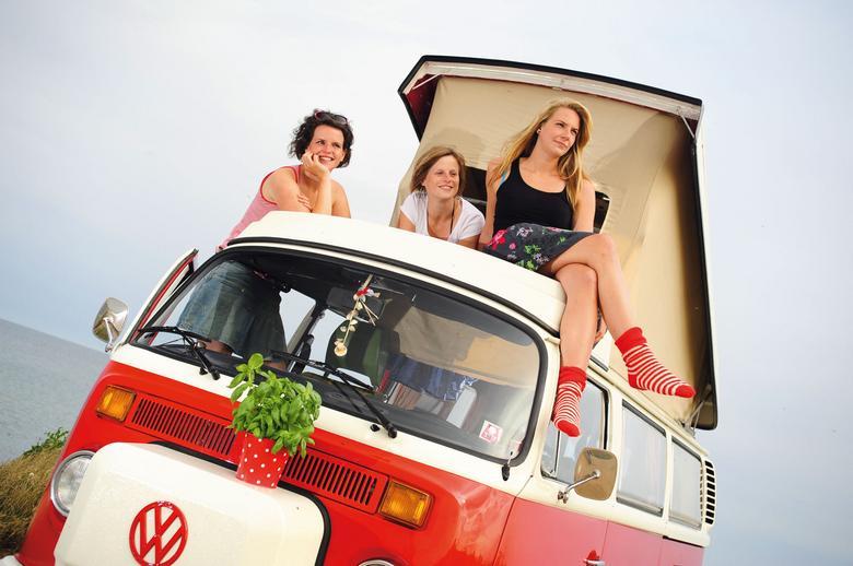 Kobiety kochają typów z klasą, dzielnych, trochę staromodnych i takich, na których mogą  polegać. VW T2b Westfalia z 1979 r. właśnie taki jest i należy do Antonii, Helen i Chrissie.