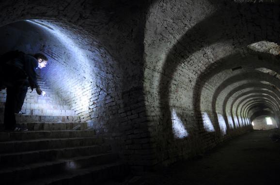 U donjem delu tvrđave postoji čak 47 slobodnih ulaza. Najopasnije je u desnom pentagramu, na dubini između 14 i 22 metra pod zemljom