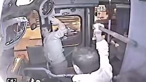 Chciał ukraść pasażerce torebkę. Szybko przekonał się, że to zły pomysł
