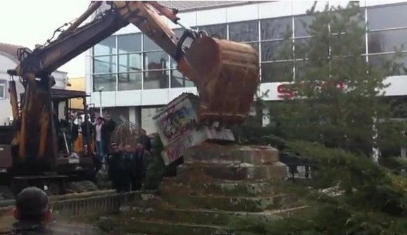 Spomenik poginulim partizanima uVitini potpuno je uništen
