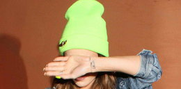 Piosenkarka w upał chodzi w zimowej czapce. Odbiło jej?