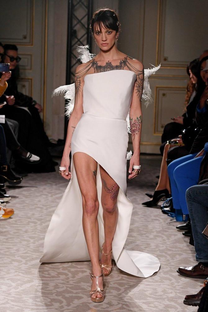 U beloj izazovnoj haljini