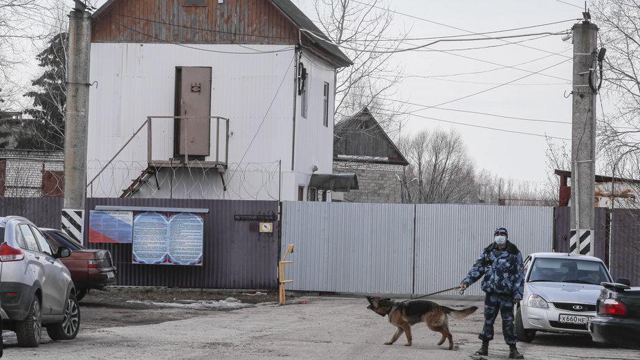Wejście do kolonii karnej, w której odbywa wyrok Nawalny