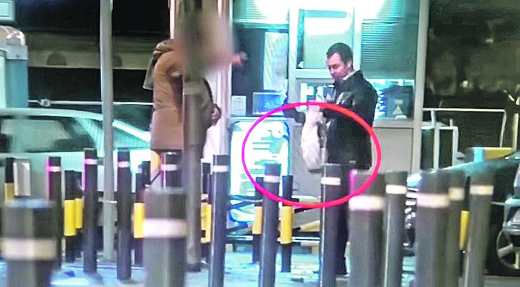 Nakon popijenog pića u pivnici, rus predaje našem oficiru belu kesu sa novcem