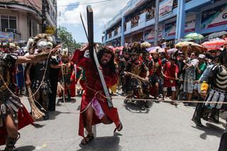 Krwawa inscenizacja ukrzyżowania Chrystusa. Filipińczycy celebrują Wielki Piątek