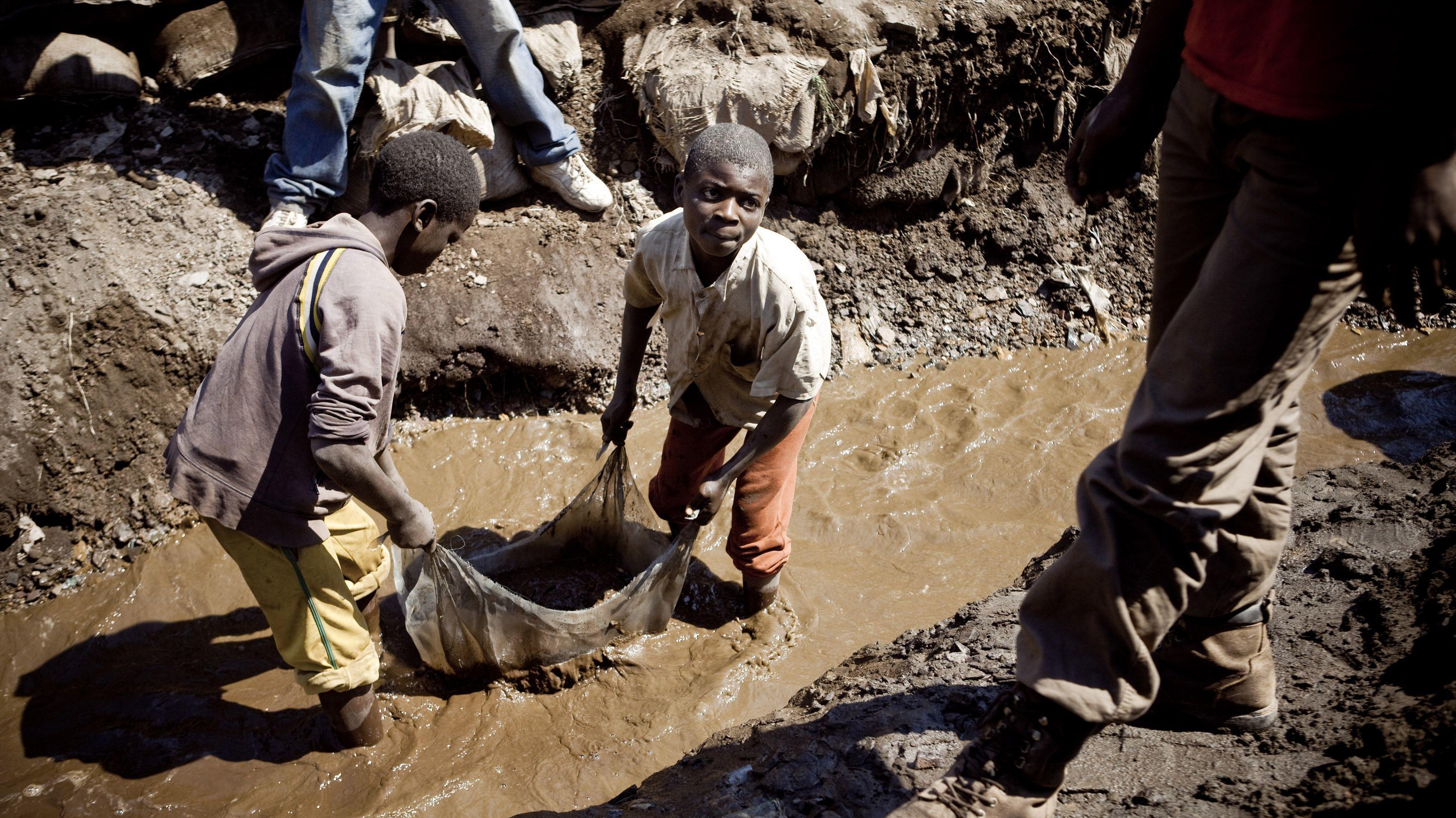 W kopalniach kobaltu umierają dzieci. Pozew przeciwko technologicznym gigantom - Wiadomości