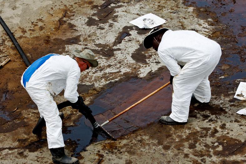 Katastrofa w Zatoce Meksykańskiej: Grand Isle, Louisiana, USA. Pracownicy BP za pomocą węża oraz pompy ssącej próbuje zebrać większe kałuże roby, które zebrały się na plaży. Foto: Derick E. Hingle/Bloomberg