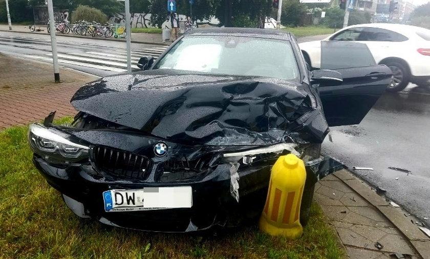 W BMW uderzyła karetka na sygnale.