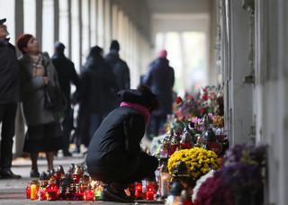 Warszawa: Na Starych Powązkach kwesta na zabytki. Cmentarz odwiedziły tłumy warszawiaków