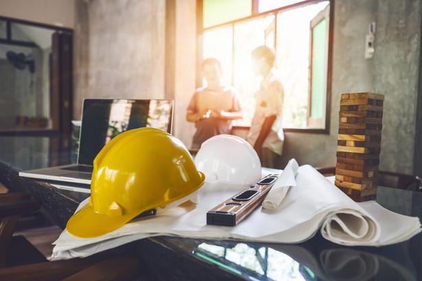 Wykonawca budowlany ma obowiązek działania jak profesjonalista. Nie oznacza to jednak, że musi uwzględniać wszelkie ryzyka, jakie mogą wystąpić w toku wykonywania prac. Odpowiada on za okoliczności możliwe do przewidzenia.