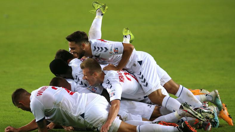 Piłkarze Górnika Zabrze cieszą się z gola podczas meczu Ekstraklasy z Lechią Gdańsk