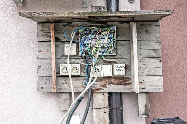 Zgrade su povezane potpuno nebezbedno na glavni dovod, a u zgradama uopšte nema brojila za struju