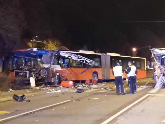 Autobus je potpuno uništen