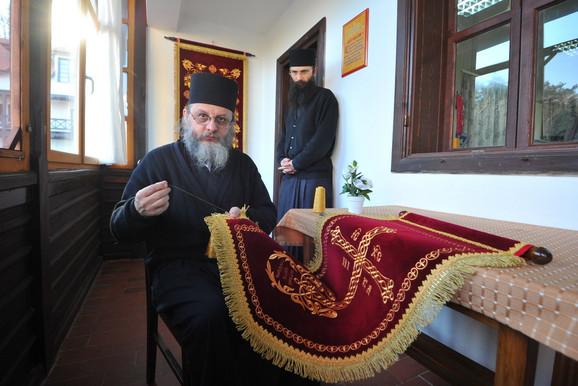Otac Stefan je pre dolaska u manastir radio u tekstilnoj fabrici