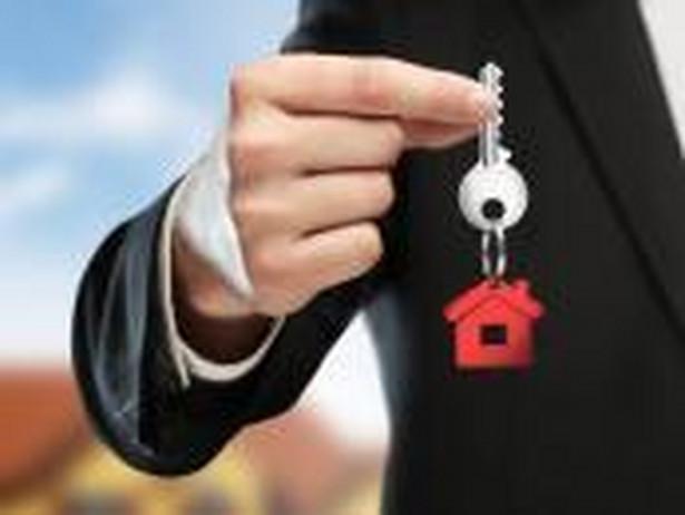 Za odpłatne zbycie nieruchomości, części nieruchomości, udziału w nieruchomości, prawa do lokalu w spółdzielni (mieszkaniowego lub użytkowego) a także prawa do domu w w spółdzielni i prawa wieczystego do wieczystego użytkowania gruntów płaci się podatek dochodowy od osób fizycznych(zwany dalej PIT) jeżeli odpłatne zbycie nie następuje poprzez działalnośc gospodarczą i zostało dokonane przed upływem 5 lat od nabycia lub wybudowania