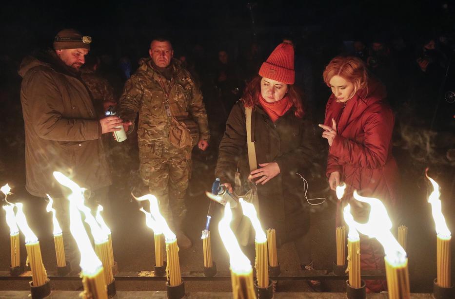 """Visszatértek a """"Zónába"""" és gyertyát gyújtottak az évfordulón / Fotó: MTI/EPA/SERGEY DOLZHENKO"""