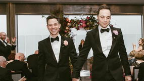 """Gwiazda """"Teorii wielkiego podrywu"""" wyszła za mąż! Serialowy Sheldon poślubił ukochanego partnera"""