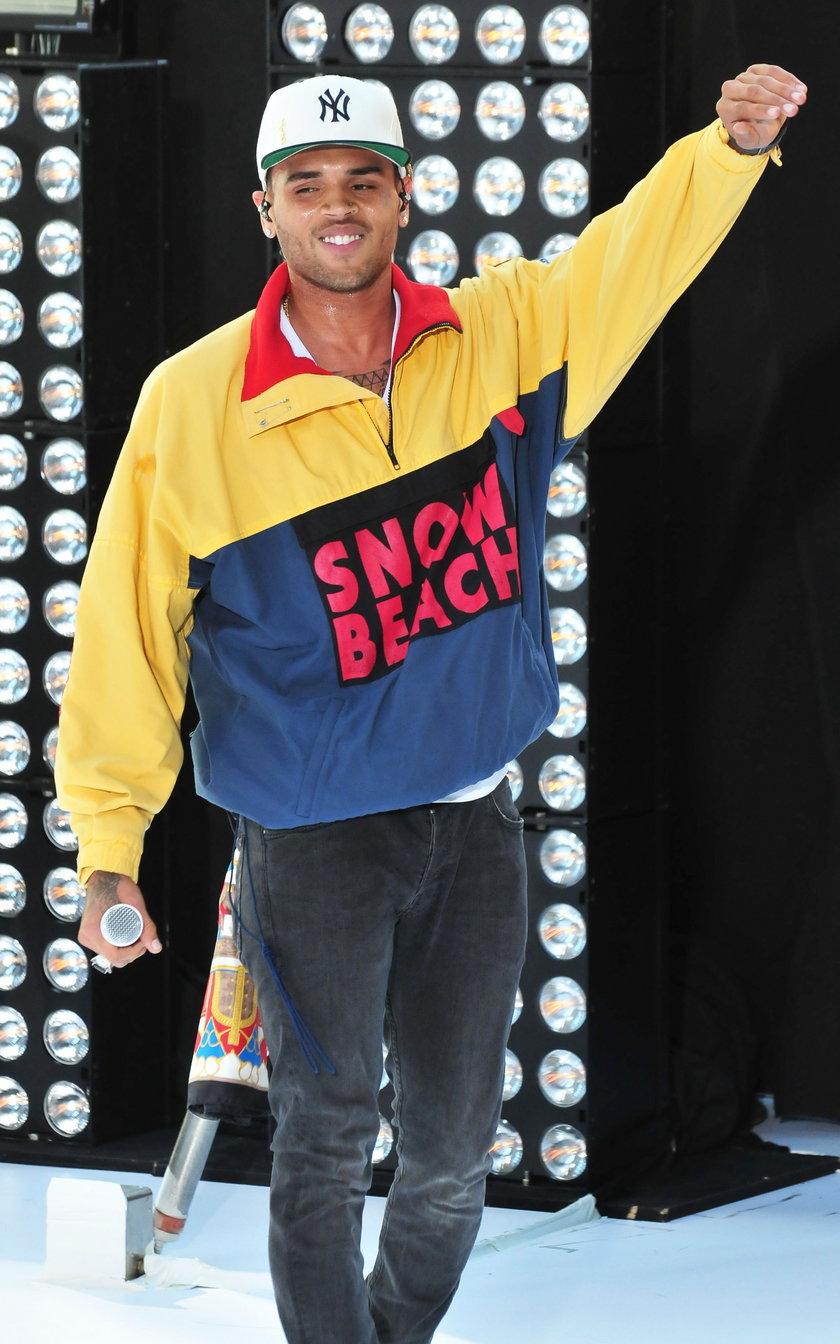 Chris Brown pozuje do zdjęcia w Nowym Yorku