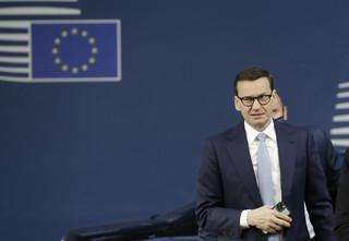 Morawiecki w FT zapowiada, że będzie bronił stanowiska polskiego rządu, jeśli KE rozpocznie 'III wojnę światową', wstrzymując fundusze
