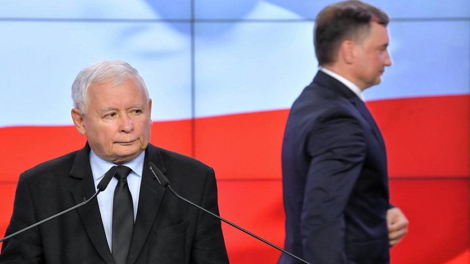 (od lewej) Jarosław Kaczyński i Zbigniew Ziobro w trakcie podpisania umowy koalicyjnej. 26.09.2020 r.