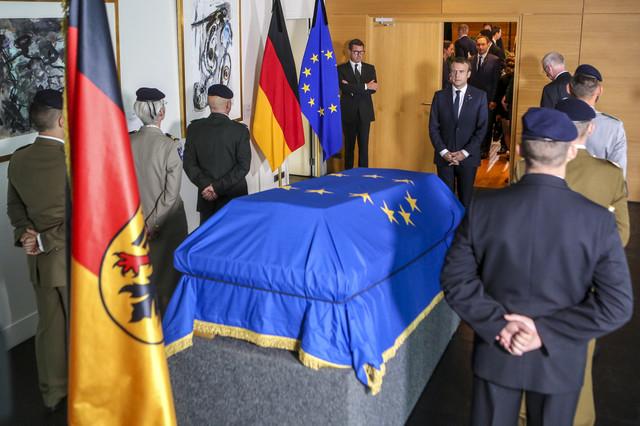 Emanuel Makron odaje počast Helmutu Kolu