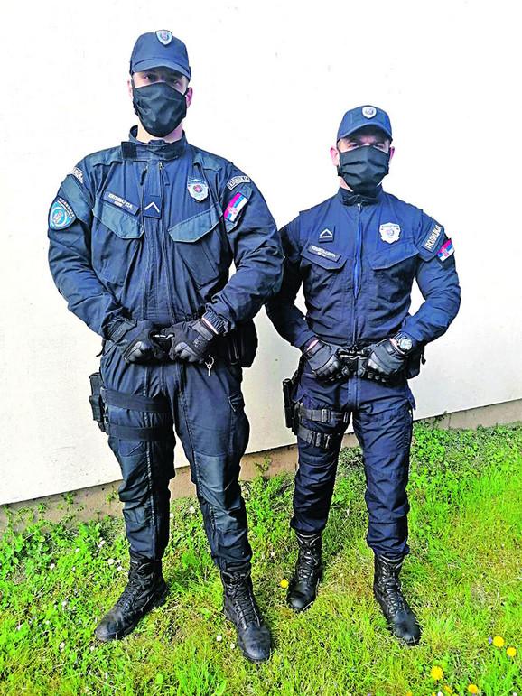 hrabri policajci su bez razmišljanja pomogli dvema porodicama, Nikola Kilibarda levo i Mirko Keseljević