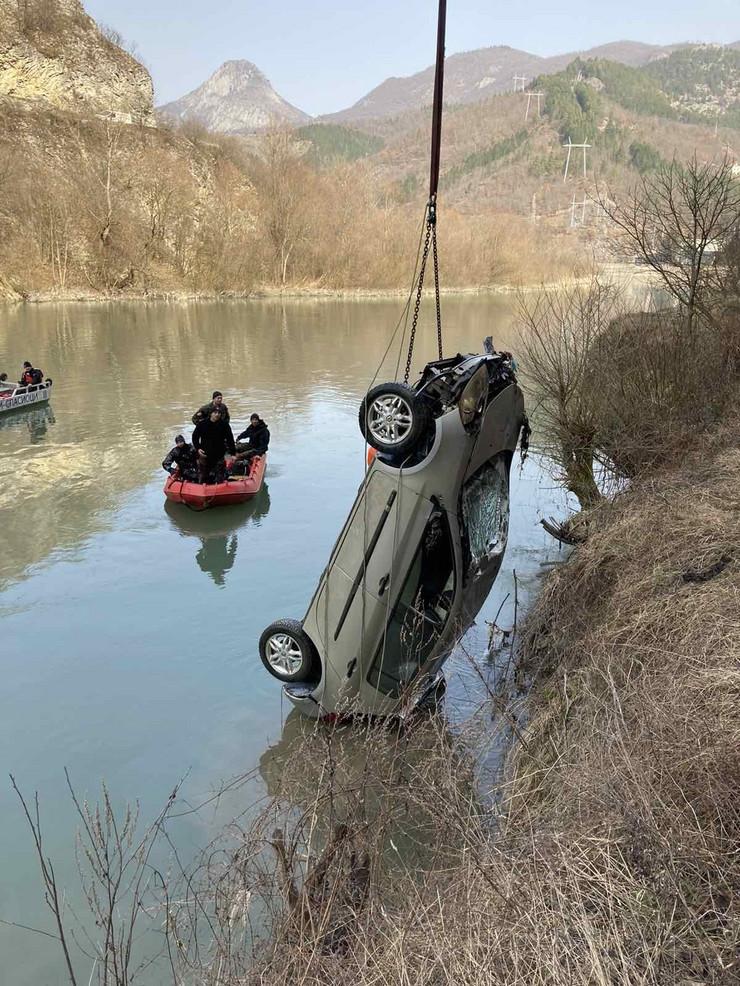 Vozilo izvučeno iz reke, ali u njemu nije bilo tela