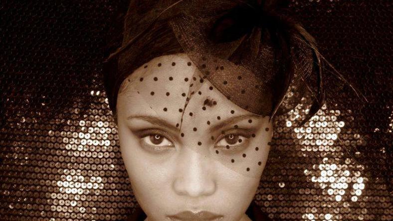 Dla muzyki Imany porzuciła karierę modelki w Nowym Jorku. Trzy lata temu nieznana nikomu, wyjątkowej urody dziewczyna wylądowała w Paryżu. Z pomocą swojej siostry Fatou zaczęła dawać pierwsze koncerty