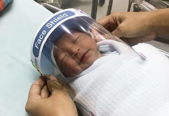 Na Tajlandu bebama se stavljaju viziri na glavu