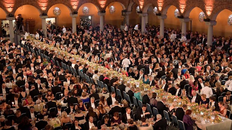 Za menu, utrzymywane do ostatniej chwili w tajemnicy, odpowiadali w tym roku Sebastian Gibrant oraz Daniel Roos. 65 stołów przykrytych zostało 500 metrami lnianych obrusów i nakrytych cenną porcelanową zastawą.