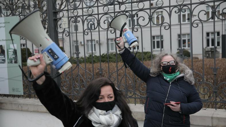 Marta Lempart i Agnieszka Czerederecka przed Sejmem