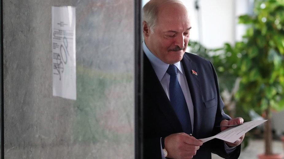 Aleksandr Łukaszenko podczas głosowania