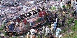 Autobus runął z klifu. 17 osób nie żyje