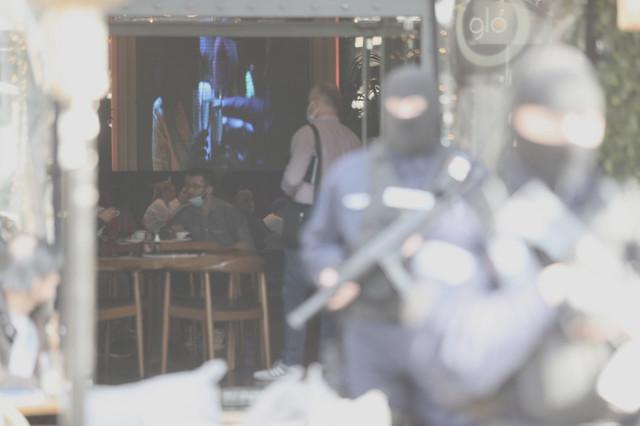 Policajci naoružanim dugim cevima vrše pretres Kasine koju je obezbeđivala grupa Velje Nevolje