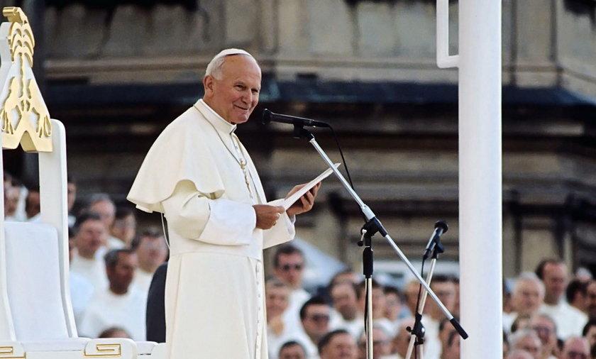 Przed sąd za zdjęcie na pomniku Jana Pawła II
