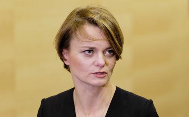 Nieterminowe płatności szkodzą polskim firmom i całej gospodarce; dlatego przygotowaliśmy ustawę, która ma ograniczyć zjawisko zatorów płatniczych - mówiła w środę minister rozwoju Jadwiga Emilewicz. Dziś nieterminowe płatności dotykają nawet 80-90 proc. firm.