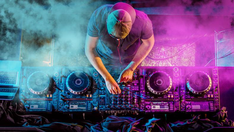 DJ muzyka praca w klubie