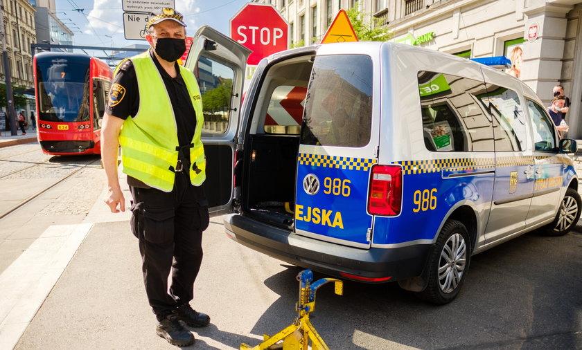 Strażnicy miejscy z Katowic przygotowują się do zakładania blokad kierowcom parkującym w niewłaściwych miejscach.