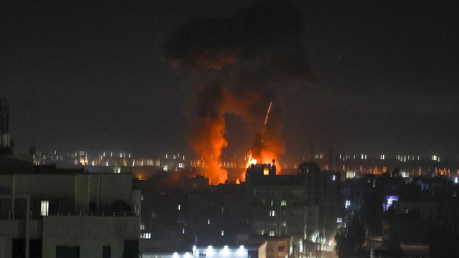 Eksplozje rozświetlają nocne niebo nad budynkami w Strefie Gazy, 16 czerwca 2021 r.
