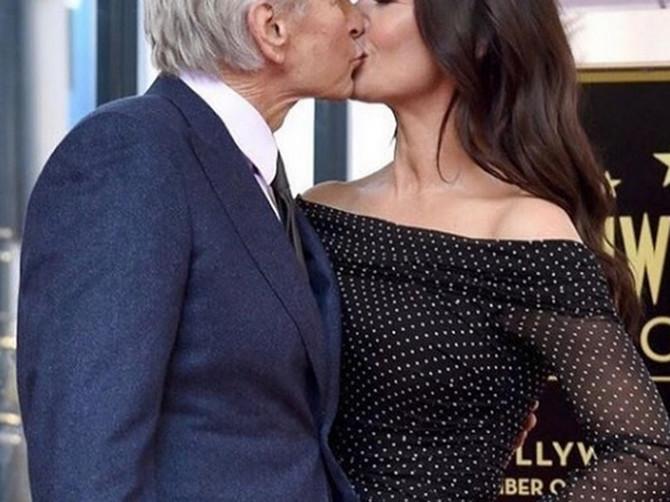 """""""Ma, šta je ovo? On izgleda kao da ima 90, a ona 20 godina!"""" Slika njihovog poljupca kruži mrežama i ljudi ne prestaju da BLJUJU VATRU"""