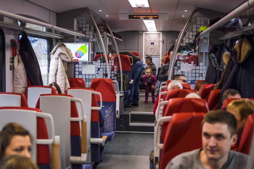 Wycieczkowy pociąg Łódzkiej Kolei Aglomeracyjnej z Łodzi do Warszawy