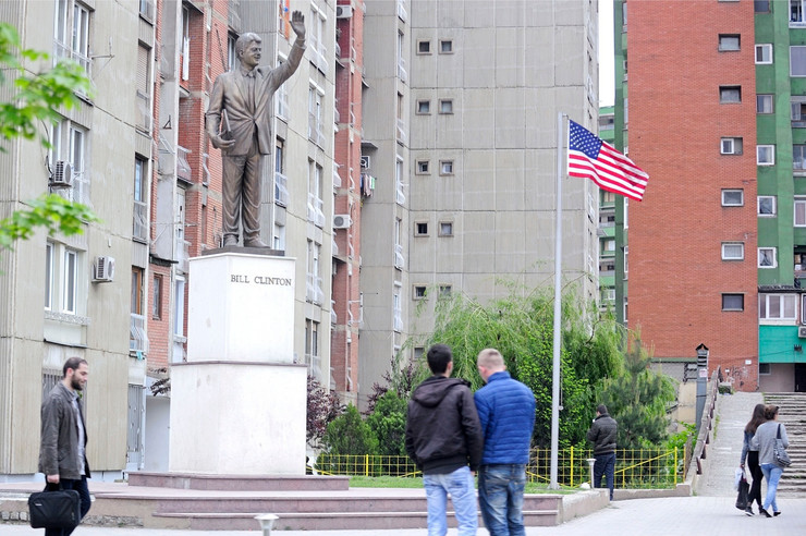 pristina amerika03 bil klinton spomenik pristina foto d milenkovic