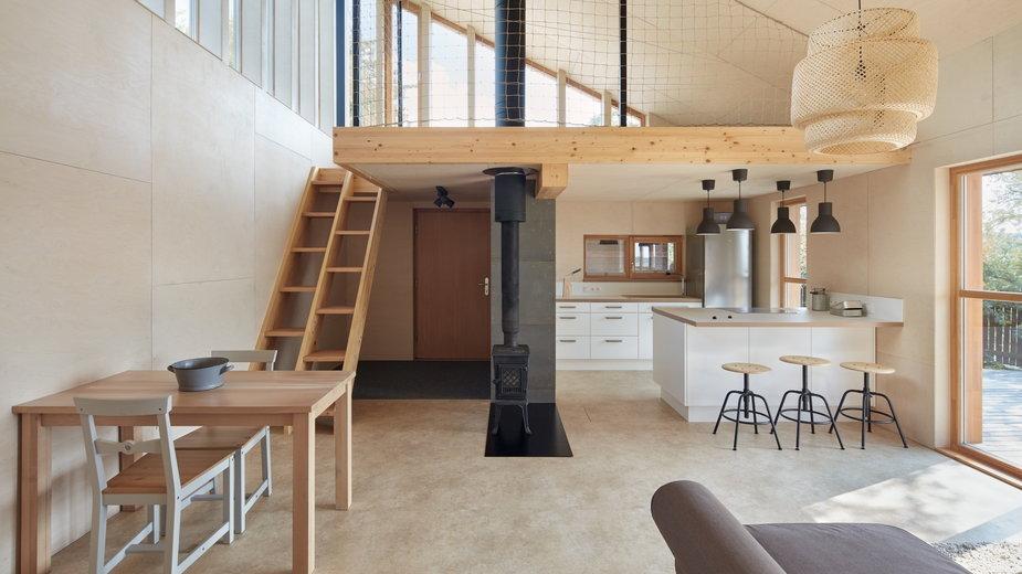 Drewniany dom letniskowy. W środku jest bardzo oszczędnie
