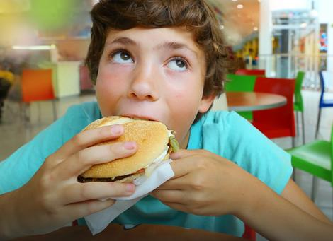 Zabrinjava kolio se naša deca nezdravo hrane